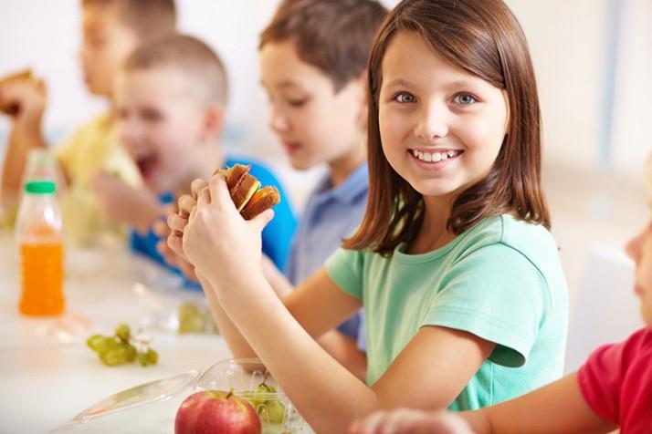 Los niños con más tiempo para comer en el comedor escolar se alimentan mejor