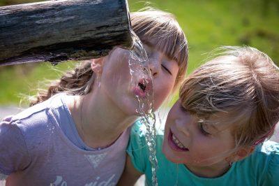 Los niños que beben más agua, toman menos refrescos azucarados
