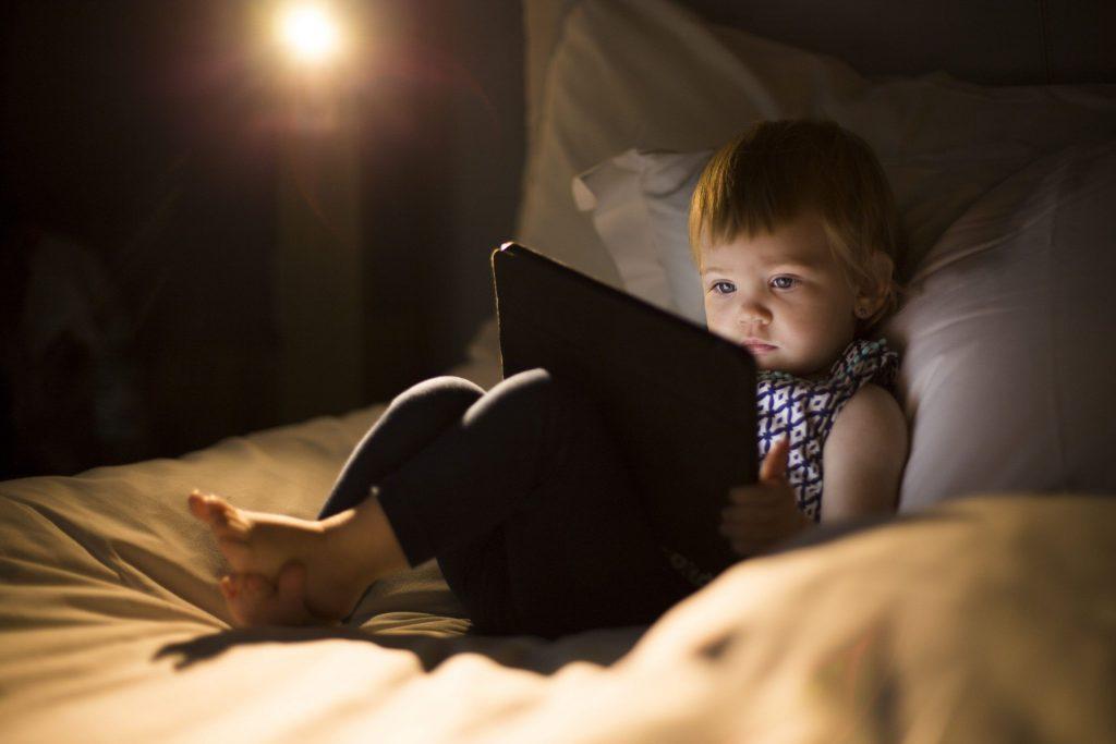 La importancia de mantener a los niños lejos de las pantallas