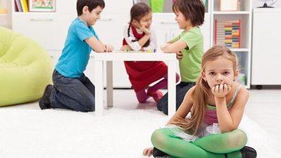 ¿Cómo jugar con mi hijo si prefiere jugar solo?